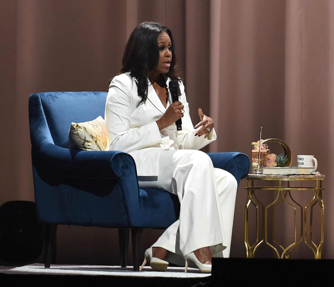Michelle-Obama-White-Pantsuit-Becoming-Tour