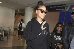 Leave It To Rihanna To Step Out Without Makeup And Still Look Gorgeous